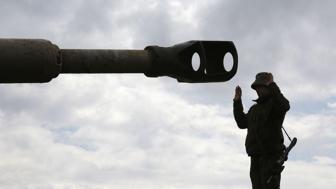 Un soldado israelí, ante el cañón de un tanque durante un entrenamiento en los altos del Golán