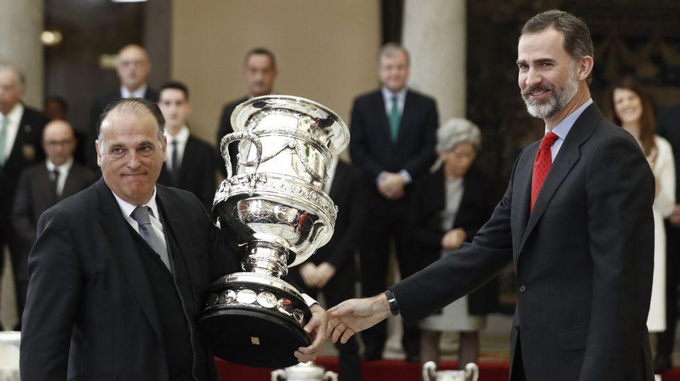 ¿En qué consiste el VAR?.Jorge Pérez, entre los gallegos Elías Espiñeira y Noé López, en el acto de ayer.