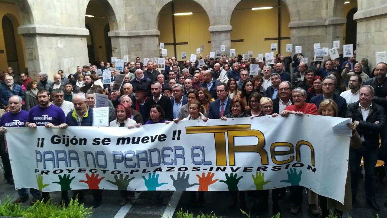 Llegada de Ábalos a Gijón.Representantes de la sociedad gijonesa asistentes a la lectura del manifiesto dactado por la Plataforma en Defensa del Plan de Vías en el CCAI