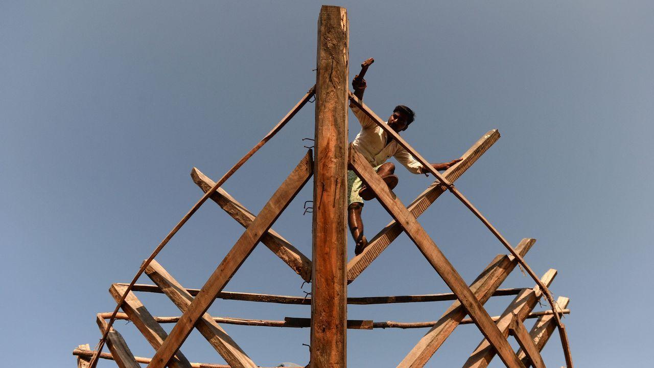 Un carpintero trabaja en la estructura de un barco en Chennai (India)