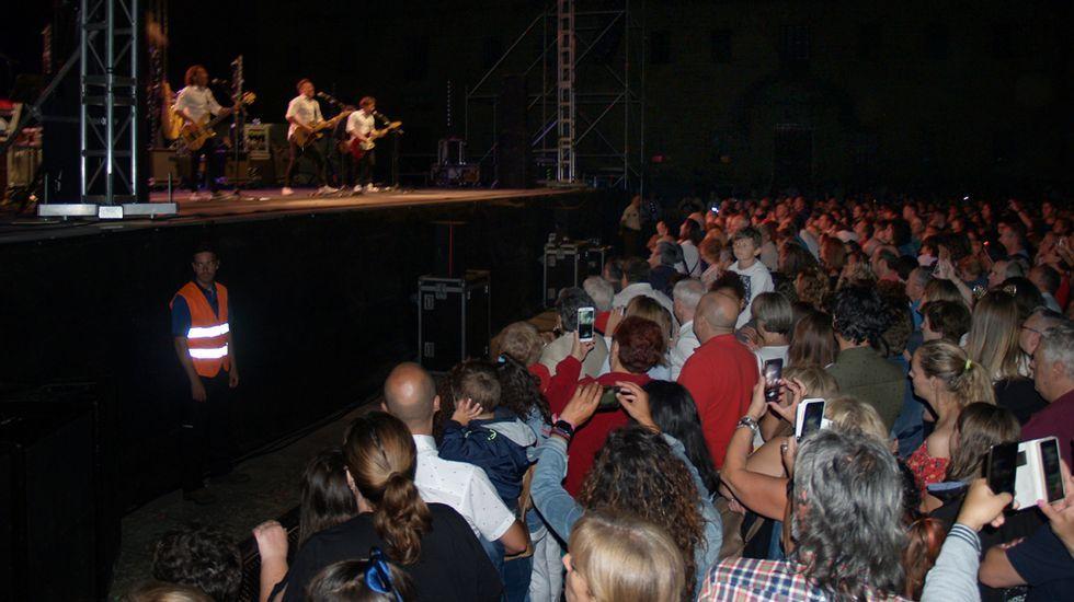 .Miles de personas presenciaron el primero de los cinco conciertos gratuitos que están programados en la explanada de la Compañía durante las fiestas de Monforte