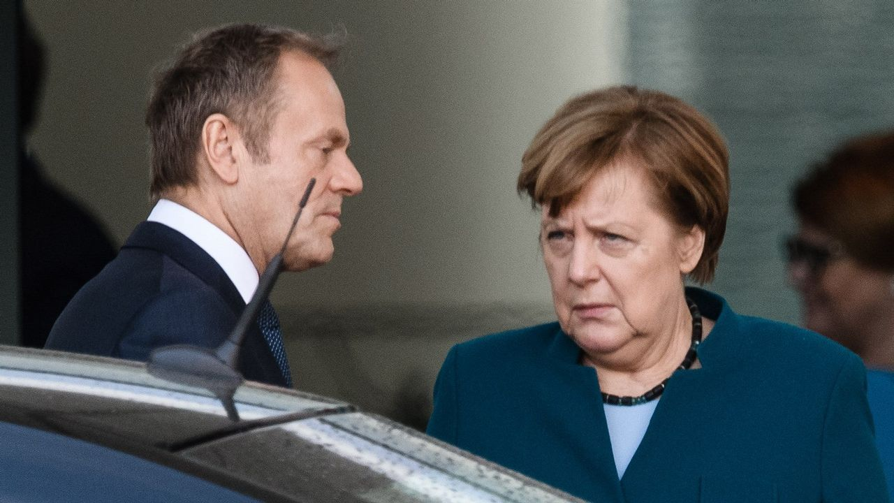 Miles de británicos salen a la calle para exigir que Reino Unido se quede en la UE.El presidente del Consejo Europeo, el polaco Donald Tusk, y la canciller alemana, Angela Merkel, se despiden tras su reunión de ayer