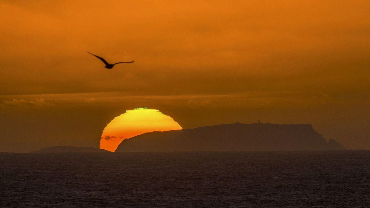 Algunas de las mejores imágenes de la Tarde-Noite no Medievo de Riobó.Puesta de sol sobre las Illas Sisargas (Malpica)