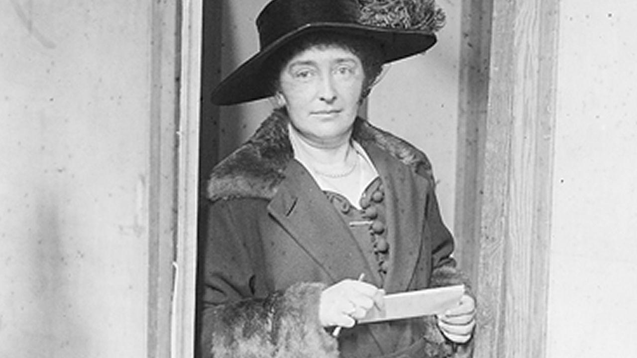 Una mujer votando en 1918