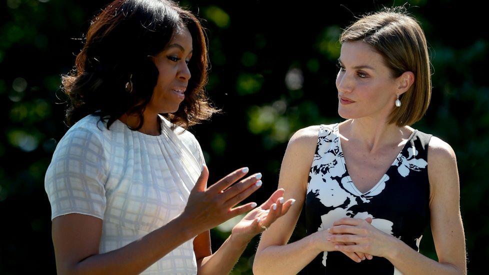 .Con Michelle Obama, la reina Letizia llevó un vestido en negro y blanco sin mangas.