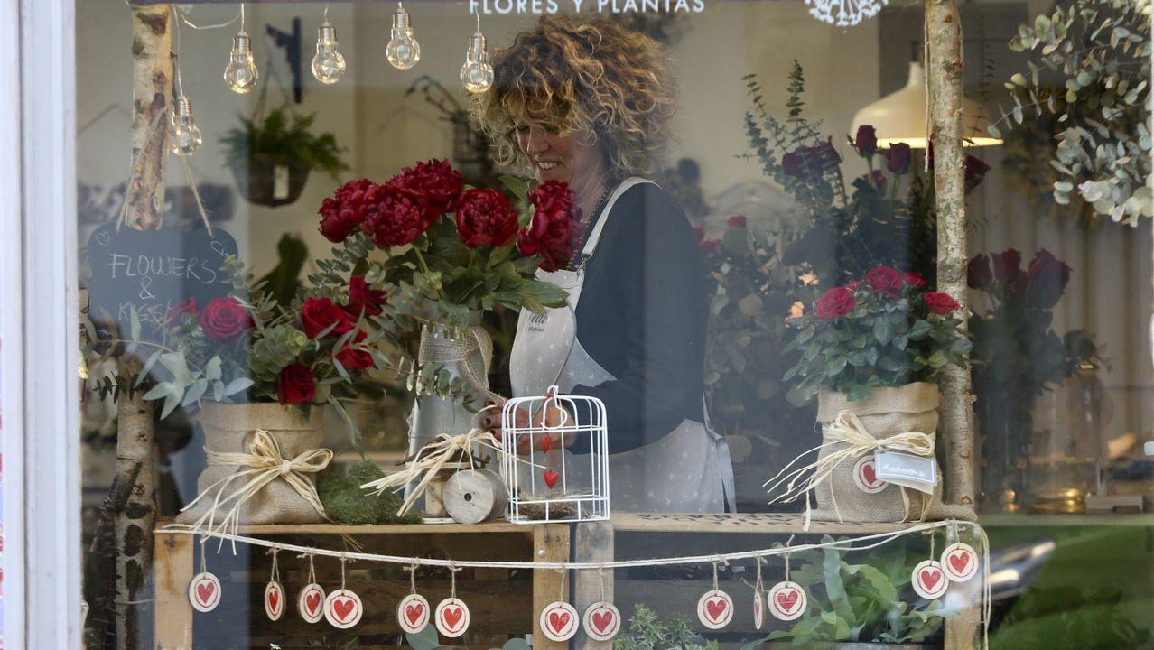 Alumnos de teatro del ÍES ase Allariz recitan un poema escrito por un mayor por san Valentín.La floristería Pradovello se ha llenado de corazones y rosas rojas con motivo de San Valentín y estos días exhibe un «kissing booth» (rincón del beso) muy llamativo