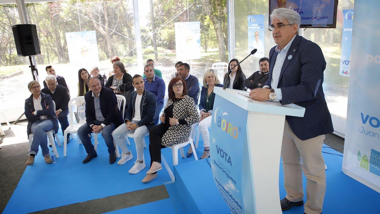 Las imágenes del Racing de Ferrol, campeón de Tercera.Gonzalo Caballero, en el centro, junto al expresidente del Congreso y exlendakari Patxi López, este domingo en O Saviñao