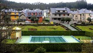 El núcleo de As Somozas cuenta con una piscina y jardines muy cuidados.