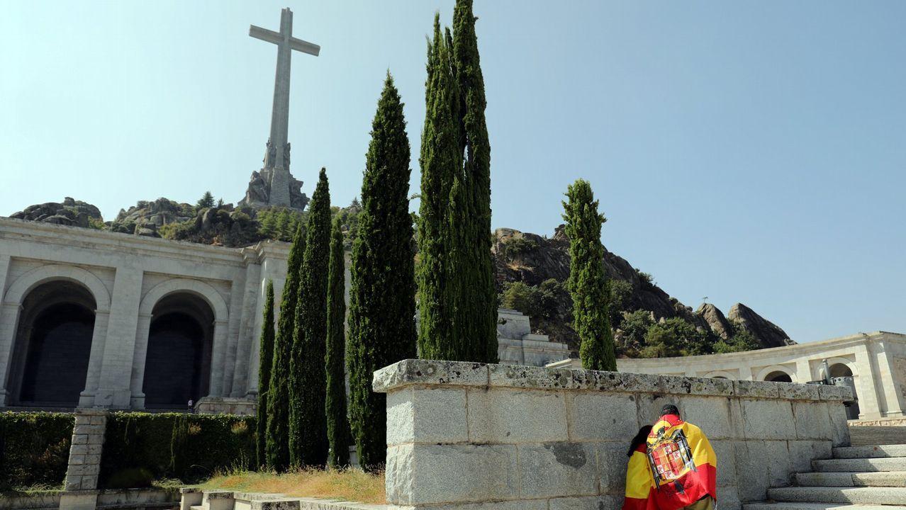 Acuerdo para sacar a Franco del Valle de los Caídos.Colectivos de memoria histórica se concentraron ayer frente al Congreso