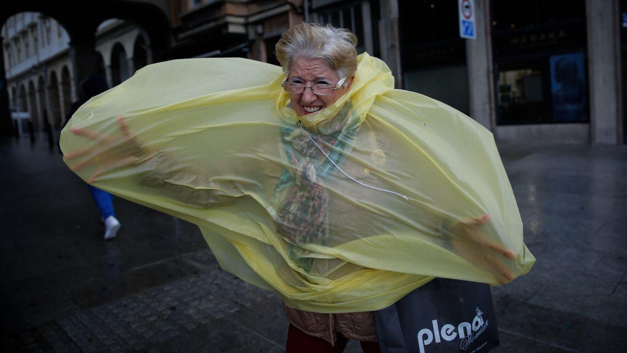 Las imágenes del temporal.Una calle de Oviedo bajo la lluvia