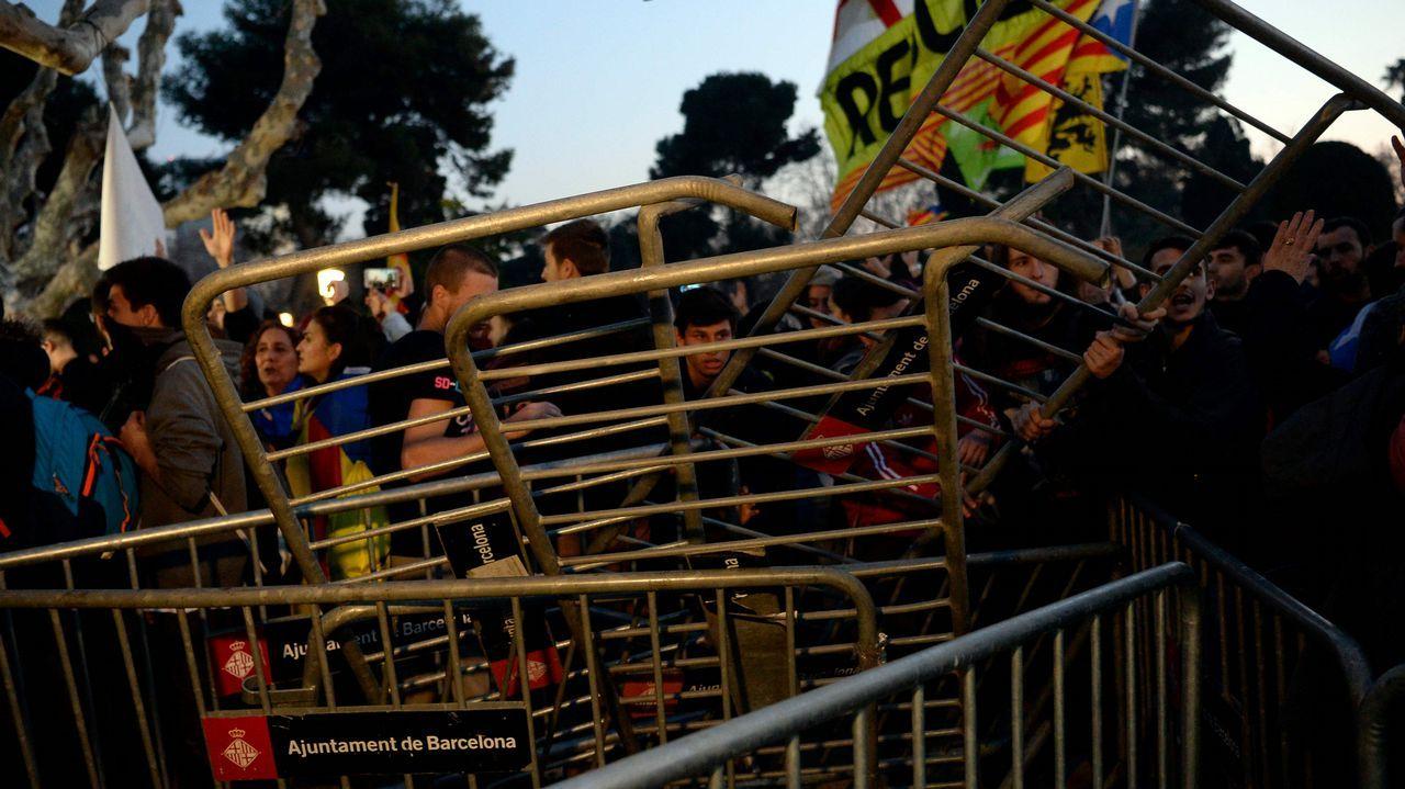 Los manifestantes independentistas rompen el cordón policial a las puertas del Parlament.Ernest Maragall se abraza a Roger Torrent tras la elección del segundo como presidente del Parlament