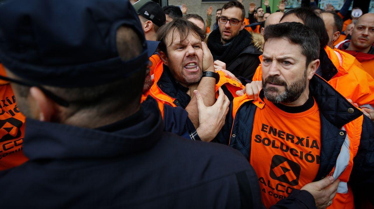 Pedro Sánchez llena en Gijón.La plantilla de Alcoa en A Coruña protesta durante un acto del presidente Sánchez en A Coruña