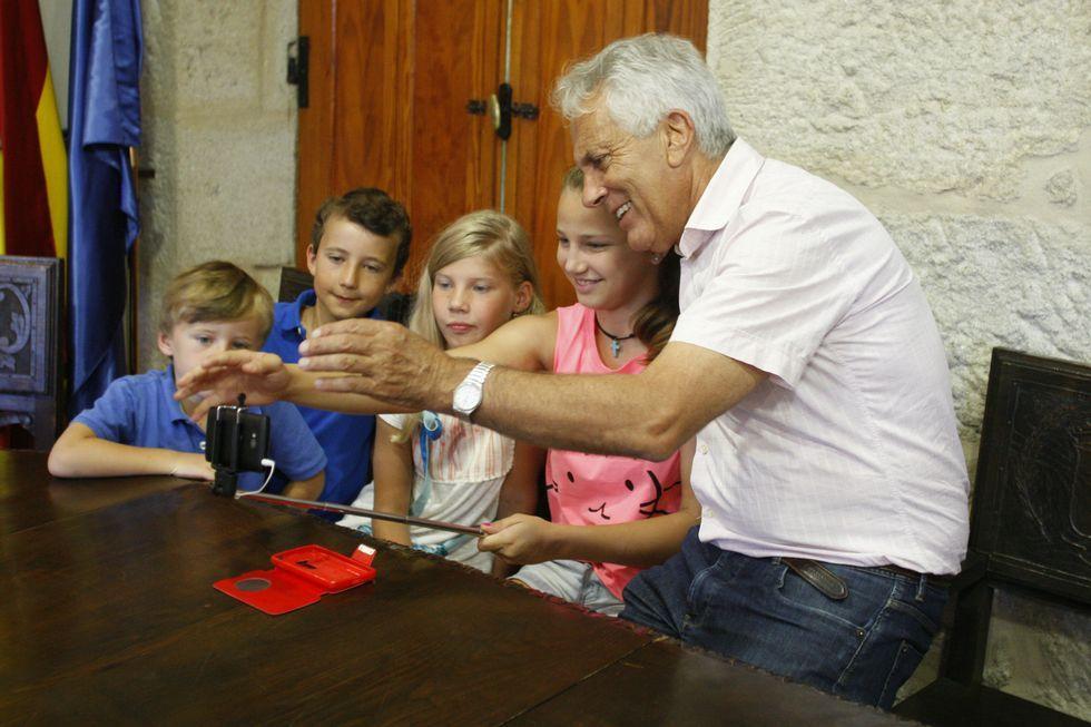 El alcalde Sobral se apuntó a la moda de los selfies.
