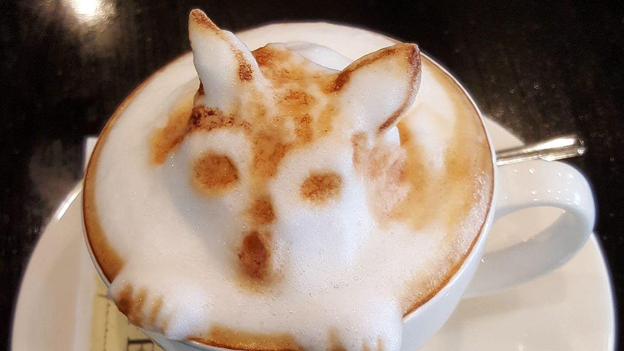 Una camarera de Esteiro prepara cafés con figuras en relieve.