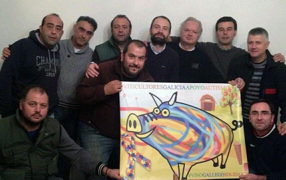 Carlos Rodríguez, al fondo con barba, posa en Sober con sus compañeros de Sílice Viticultores