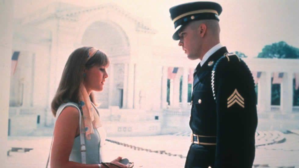 Coppola vuelve a hablar en «Jardines de Piedra» del conflicto de Vietnam, pero esta vez desde otra perspectiva, la de los que se quedan en casa. En ella, un soldado, impaciente por partir al campo de batalla, debe encargarse de preparar los funerales de los caídos que llegan desde el frente.