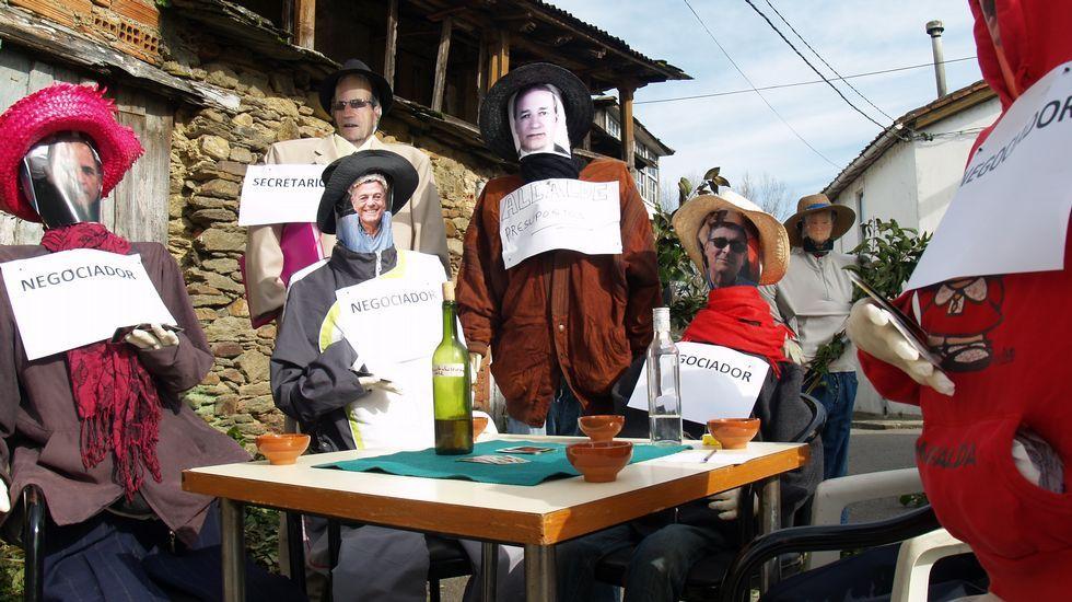 Un compadre que representa ao alcalde de Monforte -no centro da imaxe- preside unha reunión de negociadores en Rioseco