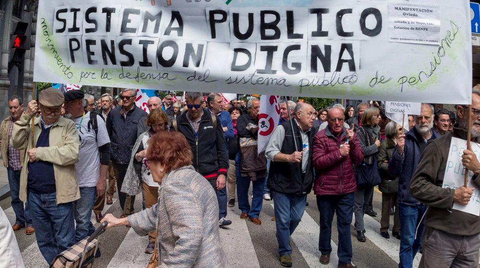 .Concentración organizada por las federaciones de pensionistas y jubilados de CCOO y UGT de Asturias, hoy en las principales calles de Oviedo, dentro de la convocatoria realizada en todo el país por la Coordinadora Estatal por la Defensa del Sistema Público de Pensiones.