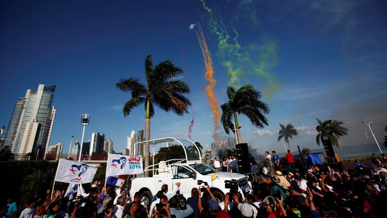 Personas festejan la presentación del Papamóvil, en la cinta costera en Ciudad de Panamá