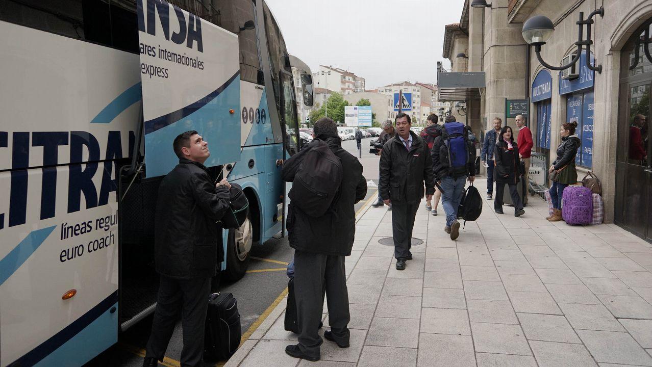 El tren con contenedores cruza Vilagarcía.Imagen de principios de mayo de un traslado en autobús entre Ourense y Zamora