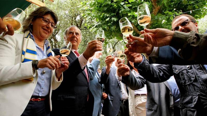 Pistoletazo de salida de la LX Festa do Viño Albariño.La Guardia llegó a Cambados procedente de Ribeira, donde tocó la noche del miércoles.