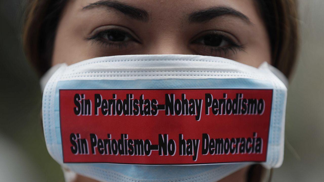 .Estudiantes de periodismo de la estatal Universidad de Panamá se tapan la boca durante una manifestación en la capital del país