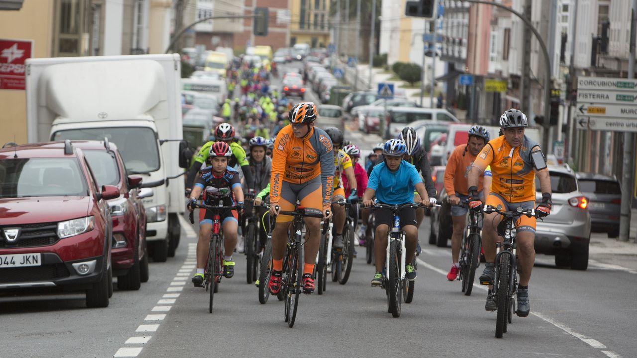 ¡Mira cómo fue el Día da Bicicleta de Cee! ¡Búscate en las imágenes!.Gente aprovisionándose de agua en las fuentes de Santiago de Compostela