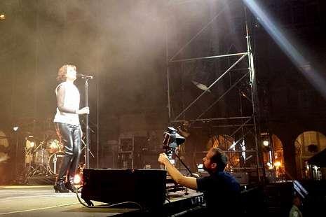 Xoel López recogió diferentes escenas de la ciudad en  Tierra .Un cámara, filmando a Luz Casal en María Pita para el videoclip.