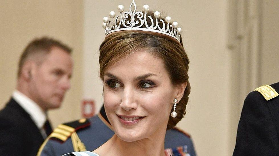 .La tiara, de oro blanco, lleva engarzados cuatrocientos cincuenta diamantes talla brillante y cinco pares de perlas australianas.