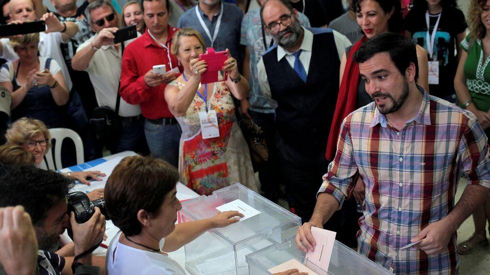 .Expectación ante el momento en el que Alberto Garzón deposita su voto