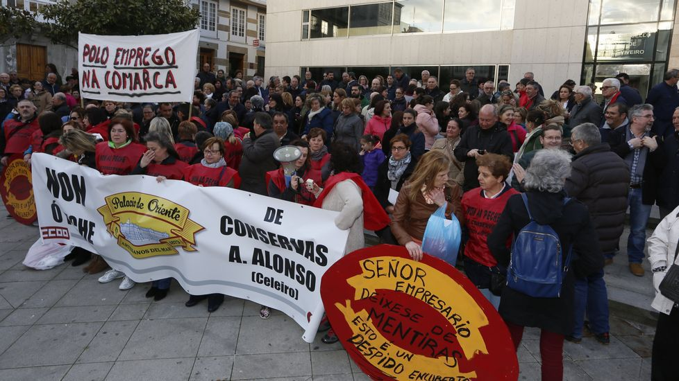 Manifestación contra el cierre de Conservas Alonso.Parte de la playa de Covas ha perdido tanta arena que en bajamar el agua no llega a Os Castelos, al fondo.
