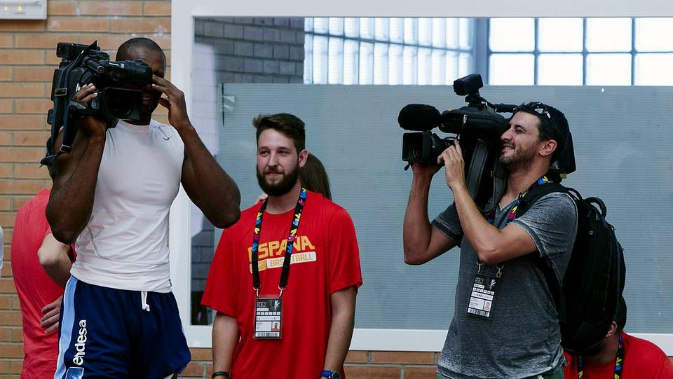 Toda la información del Mundial de baloncesto en España.Siro López, segundo por la derecha, con el equipo de Mediaet