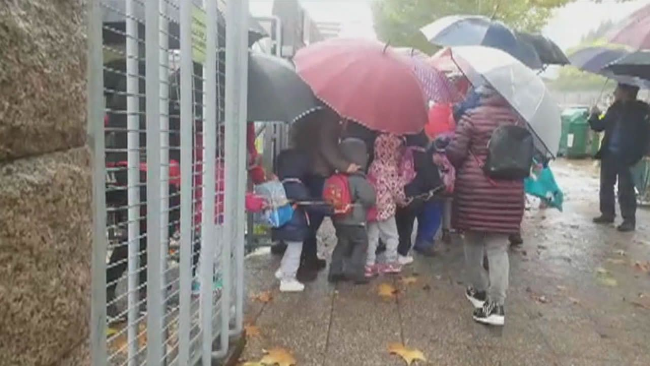 «Los padres tapan con sus paraguas a los niños que van al comedor».Las huelgas contra la Lomce se repiten cada curso desde el 2012/13, cuando se aprobó