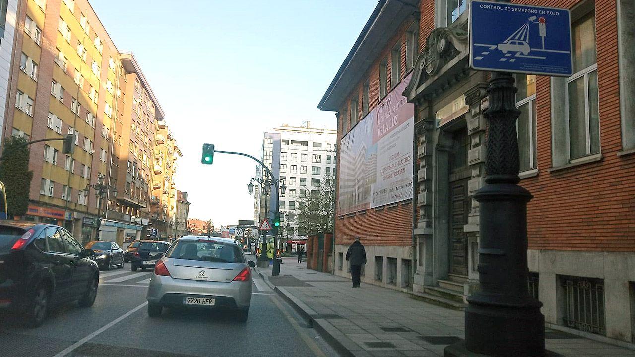 Alineacion Real Oviedo Cadiz Carlos Tartiere.Señal que advierte de la existencia de un «fotorrojo», cámaras que caza a los conductores que pasan en rojo un semáforo