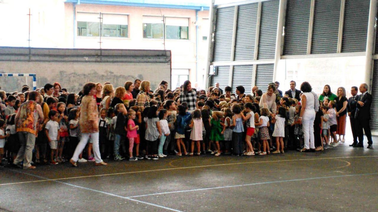 Decenas de escolares rodean a la reina Letizia