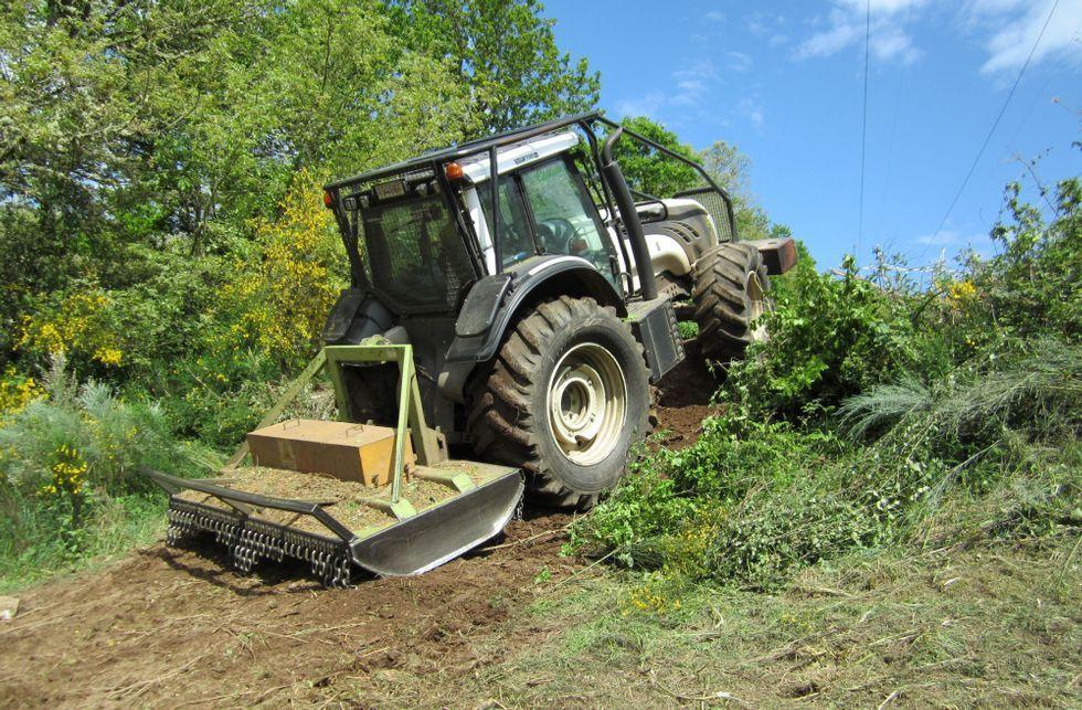 .Uno de los tractores en acción, fotografiado por los propios denunciantes