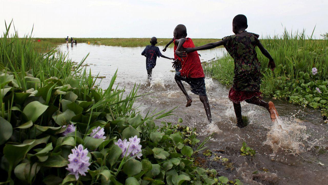 Niños jugando en el pantano de Sudd, cerca de la ciudad de Nyal, en Sudán del Sur