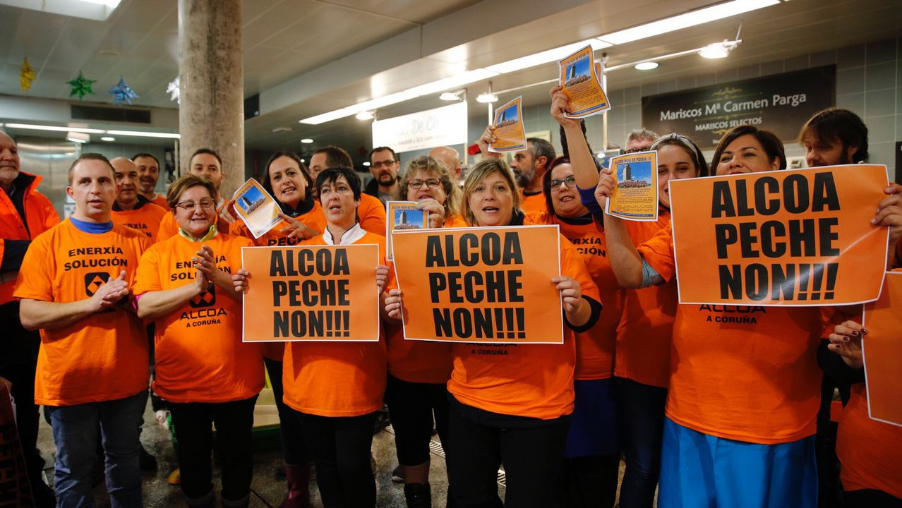 Los trabajadores de Alcoa recorren el mercado e la plaza de Lugo.Así es la nueva 'Caracola' en Punta Herminia