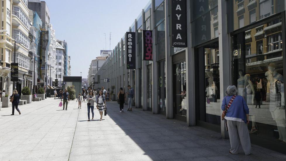 Plaza de Lugo y Calle Rea, en A Coruña. En la imagen, Plaza de Lugo, en el puesto 60 del ránking de las 100 calles más caras de España. El coste del metro cuadrado se sitúa en 540 euros. La segunda vía más exclusiva es la Calle Real, con precios de 420 euros el metro comercial.