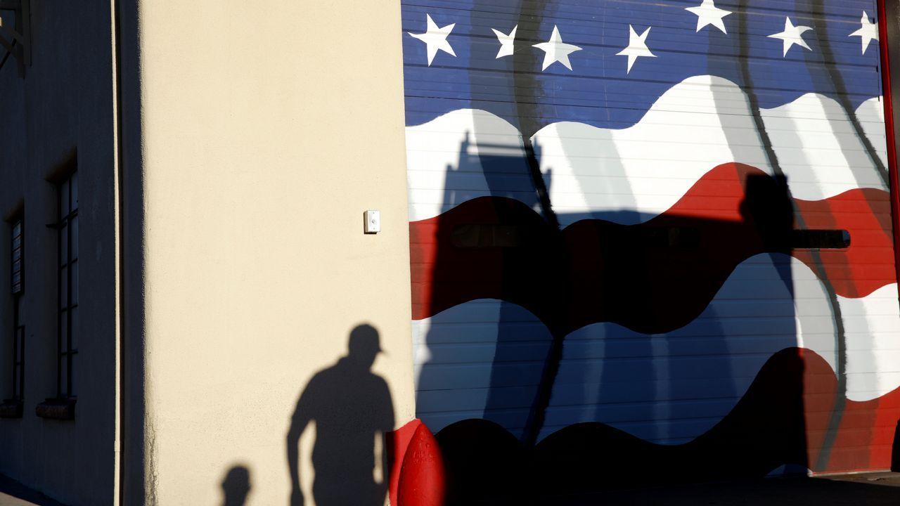Votantes saliendo de un colegio electoral en El Paso, Texas
