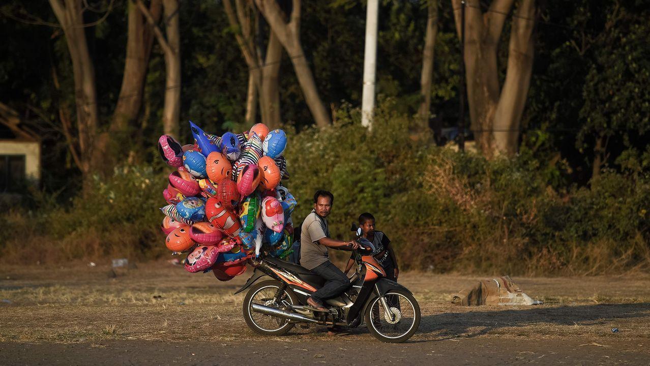 Un hombre vendiendo globos en Indonesia