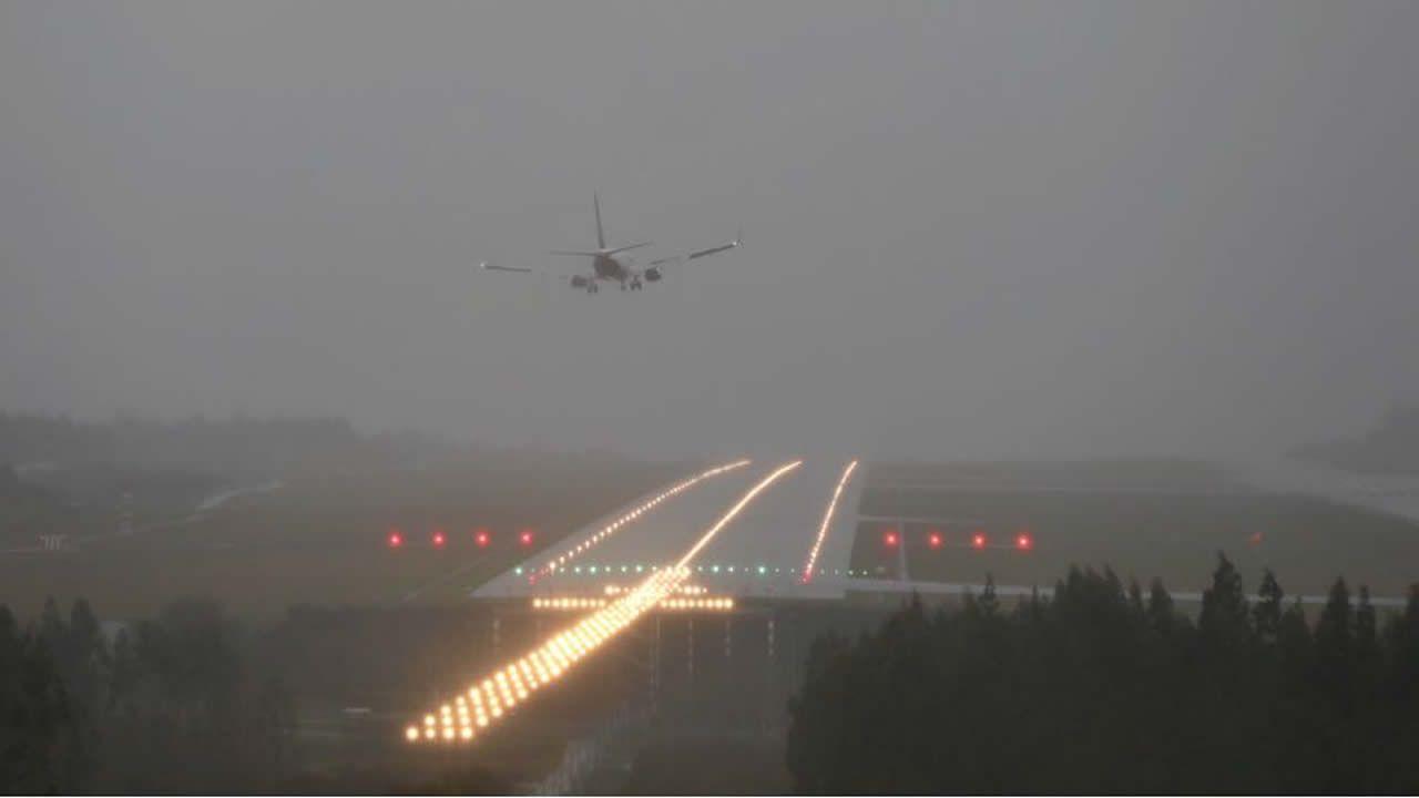 .Avión aterrizando con viento esta mañana en Lavacolla