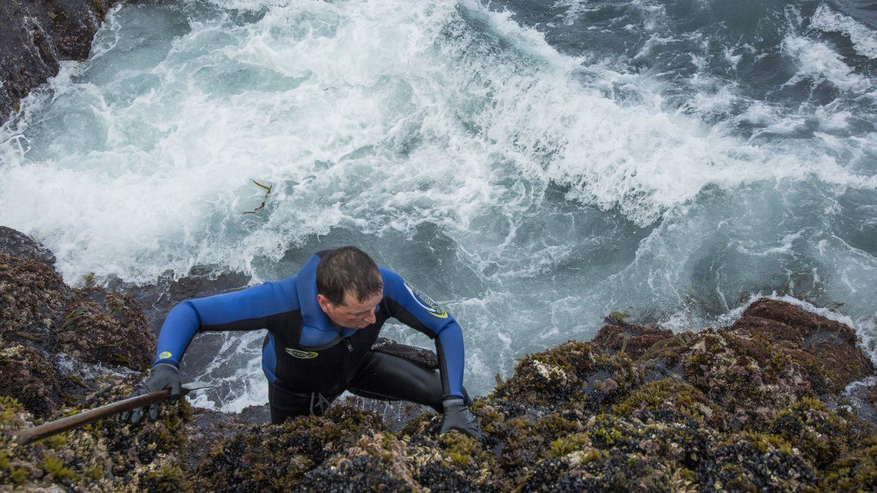 Jugándose la vida entre olas de cuatro metros.Carlos Blanco