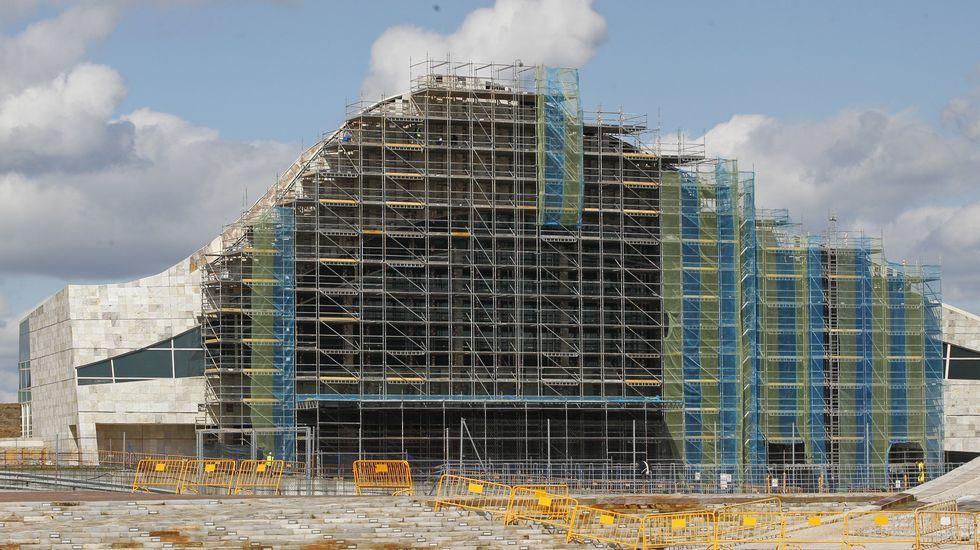 La Ciudad de la Cultura, un complejo cubierto de obras.El primero de los edificios del Ofimático estará listo el mes que viene y sus propietarios quieren poder irse a vivir allí.