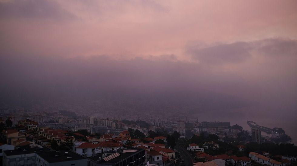 Vista general de la ciudad de Funchal, cubierta de humo