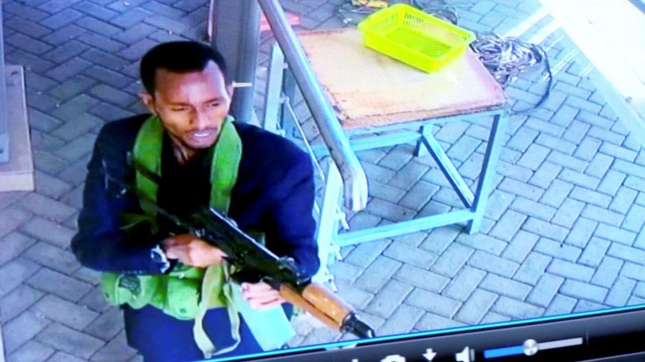 Un hombre armado aparece en una foto mientras él y otros se dirigen a un complejo de hoteles y oficinas en Nairobi, Kenia. La imagen fija ha sido tomada de una grabación de un circuito cerrado de cámaras de seguridad y obtenida por Reuters