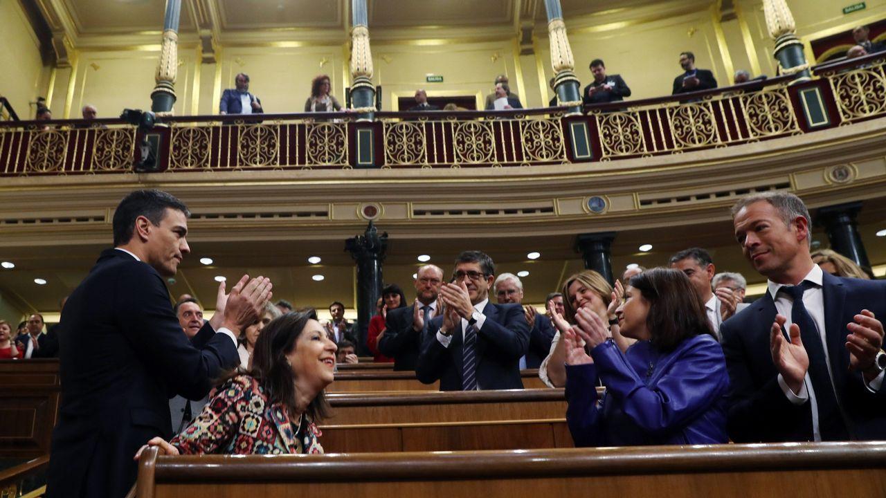 Aplausos de los socialistas a Pedro Sánchez a su llegada al Congreso.