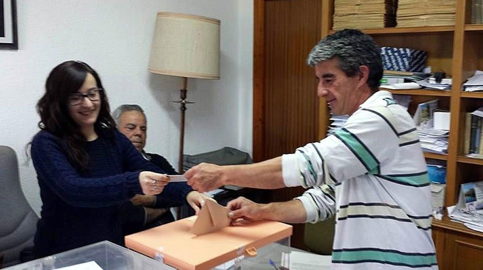 .Votación en el municipio de Villarroya (La Rioja)