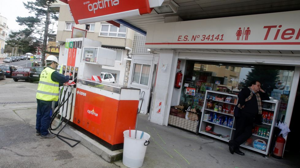 Al Ayuntamiento precinta la gasolinera de Santa Cruz.Los siete productores sacarán en junio su primera cosecha en común.
