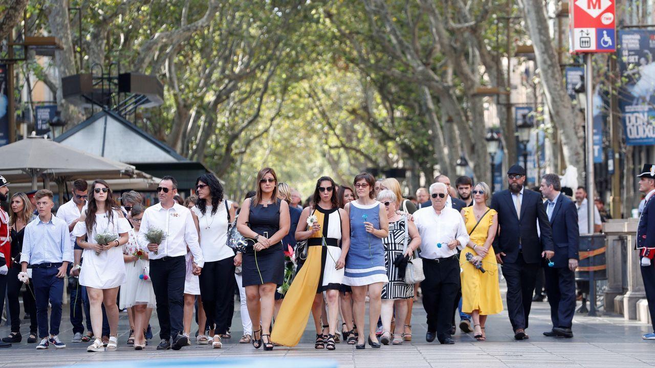 .Las víctimas encabezan la comitiva de la ofrenda floral en el mosaico de Joan MIró de La Rambla de Barcelona.